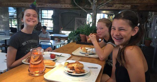 Groep 8 ontbijt bij de Intratuin